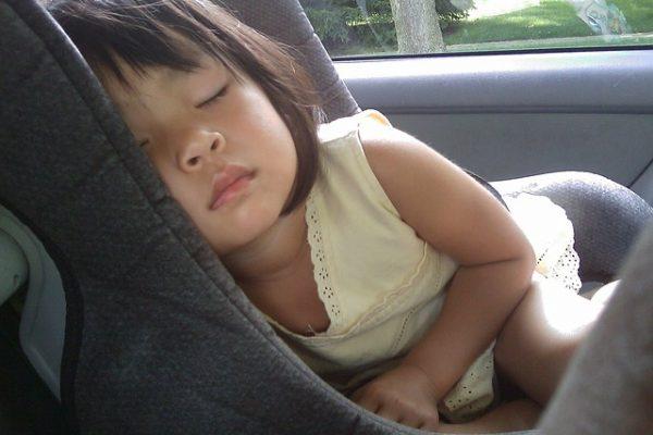 تأمين الطفل في مقعد السيارة الخلفي