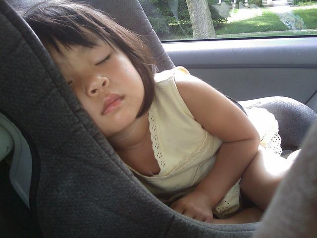 كيفية تأمين الأطفال في مقاعد السيارات